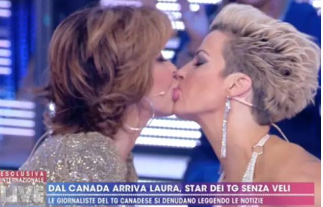 Milly D'Abbraccio bacia Laura Desiree