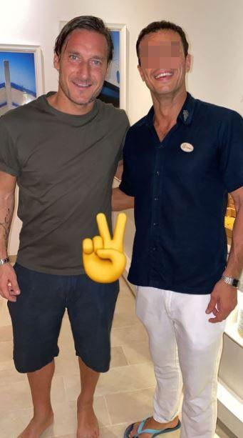 Francesco Totti con un fan alle Maldive